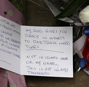 Mensaje en la embajada de Francia en London en homenaje a las víctimas de los atentados de París