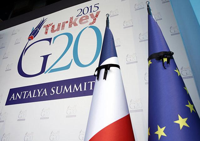 Logo de G20 en Antalya con banderas de Francia y la UE