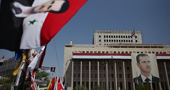 Los retratos del presidente sirio, Bashar Asad, y las banderas en Damasco
