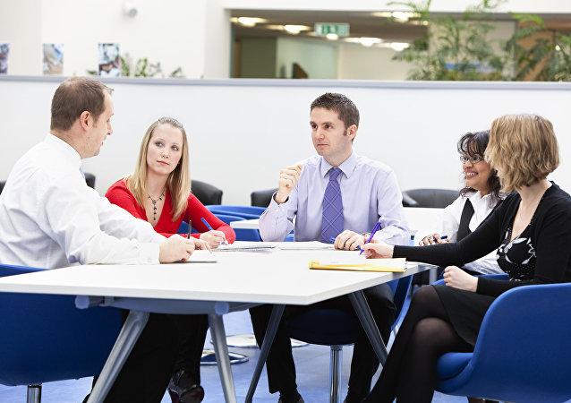 Hombres y mujeres en una oficina