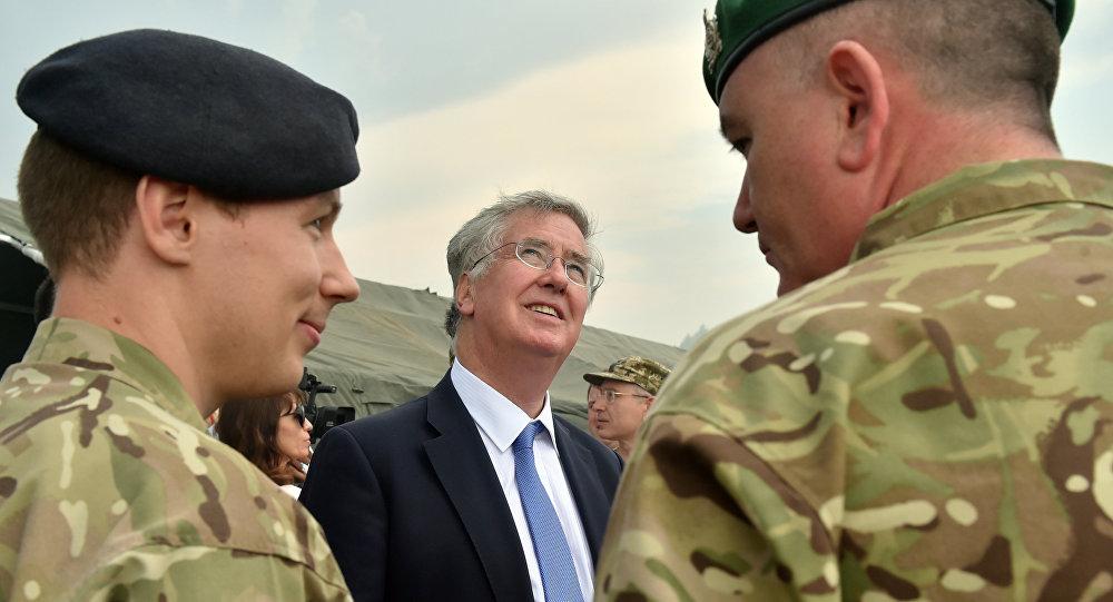 Ministro de Defensa británico Michael Fallon durante los ejercicios militares conjuntos entre Reino Unido y Ucrania