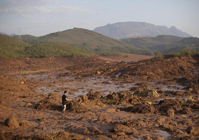 Un hombre en el lugar de avalancha de lodo en Mariana, Brasil