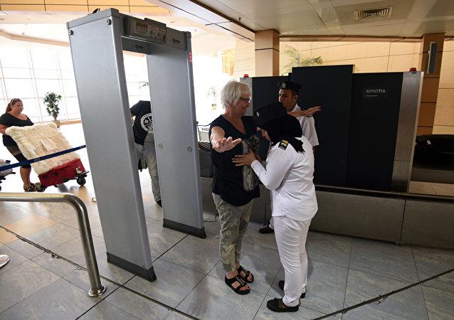 Control de seguridad en el aeropuerto de Sharm el Sheij, Egipto
