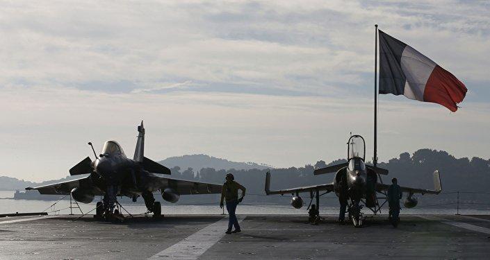 Caza Rafale en la cubierta de vuelo del portaviones Charles de Gaulle