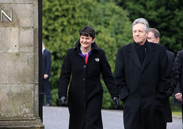 Arlene Foster, consejera de Finanzas en el gobierno autonómico de Belfast, y Peter Robinson,ministro principal de Irlanda del Norte