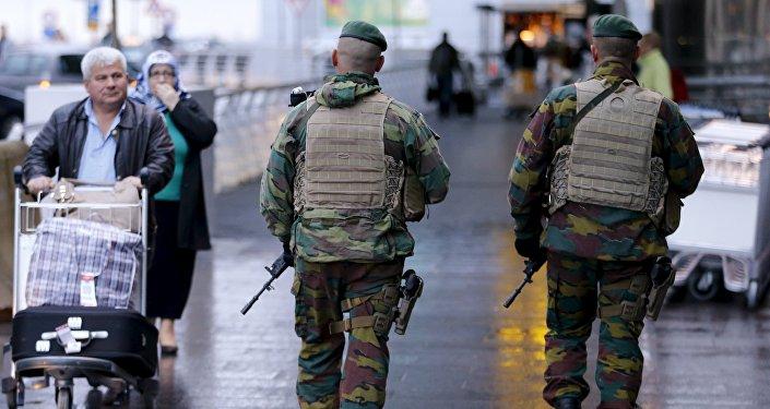 Soldados belgas patrullan las calles de Bruselas