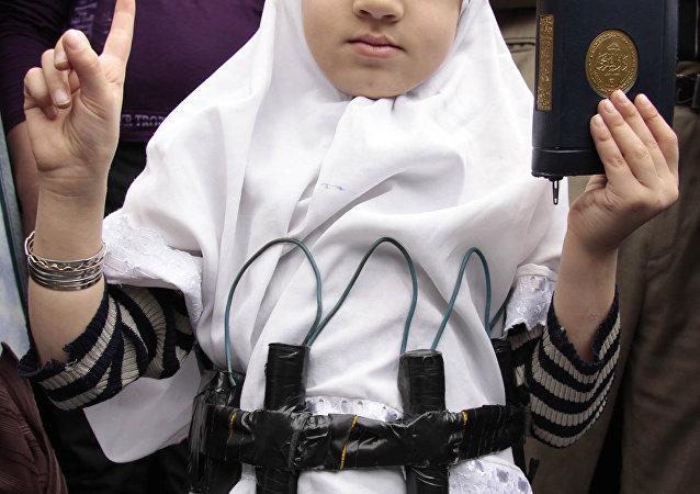 Una niña con Corán y un cinturón de explosivos falso (archivo)