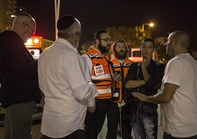 Médicos israelíes en lugar del ataque en Kiyat Gat, Israel