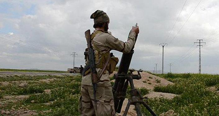 Militante del EI dispara un mortero (Archivo)