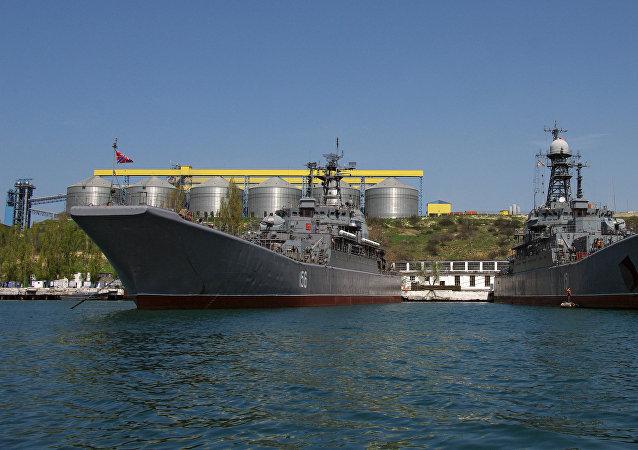 Los buques de la Flota del mar Negro en la base naval de Sebastopol