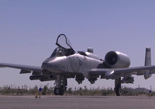 Carga y vuelo del A-10, destructor de tanques