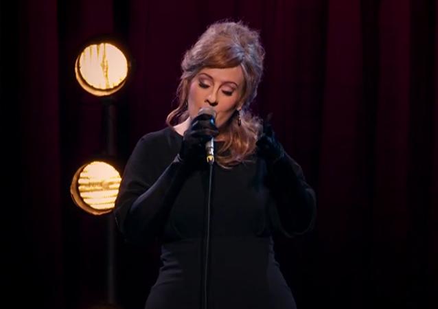 Adele participa en concurso de sus imitadores sin identificarse