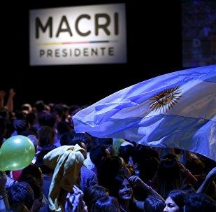 Los seguidores de Mauricio Macri con la bandera de Argentina