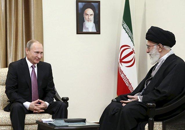 Presidente ruso Vladímir Putin y líder supremo iraní Alí Jameneí durante una reunión en Teherán