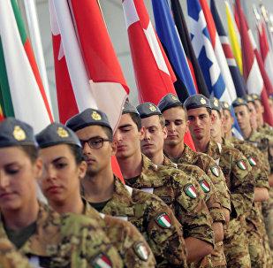 Soldados italianos con las banderas de los países miembros de la OTAN