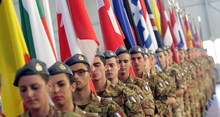 Soldados italianos con las banderas de los países miembros de la OTAN (imagen referencial)