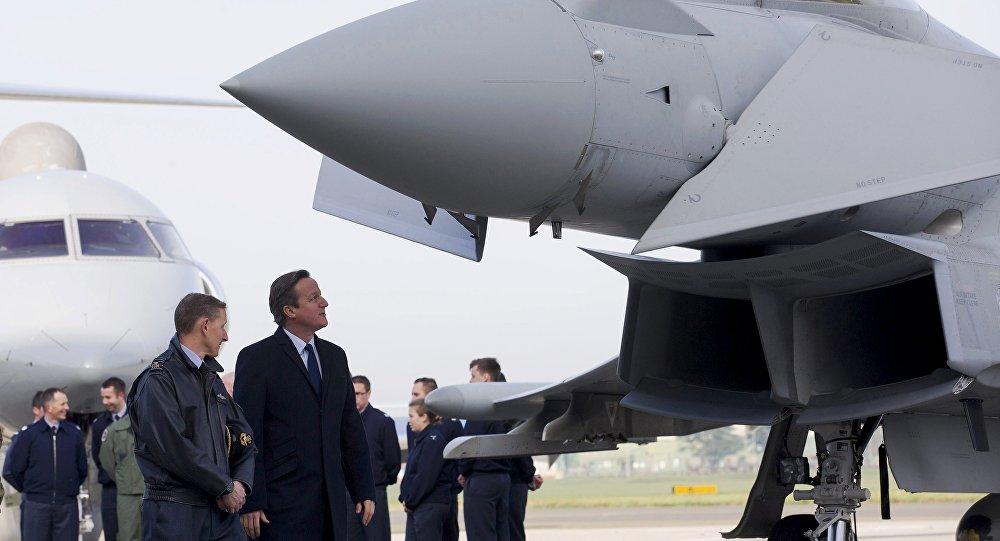 Primer ministro británico David Cameron visita la estación aérea Northolt, London