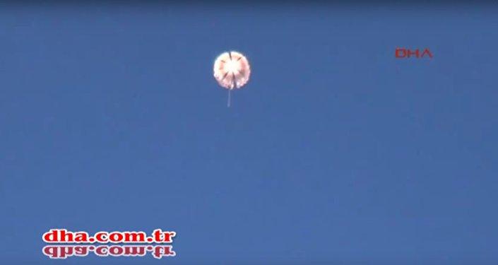 Piloto ruso desciende en paracaídas tras el derribo de Su-24