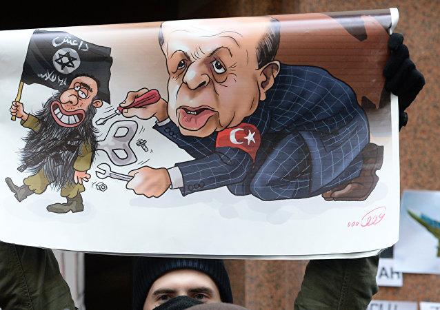 Un manifestante sostiene un cartel con caricatura de Erdogan durante protesta contra las acciones de Turquía, que derribó un Su-24 ruso (archivo)