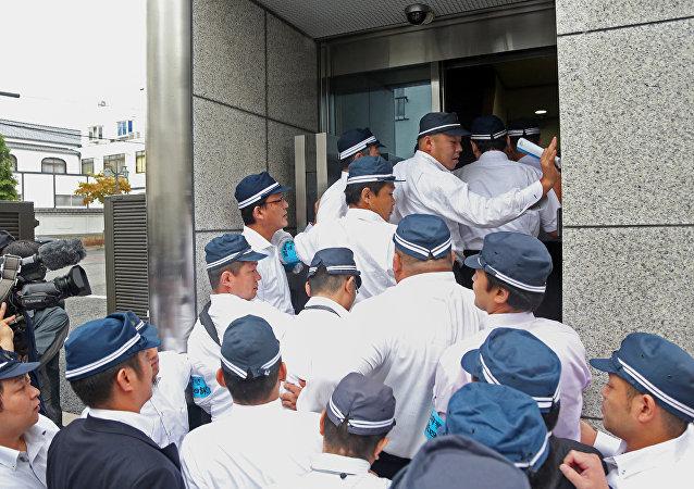 Policía japonesa durante una redada en la sede del grupo yakuza Yamaken-gumi en Koba