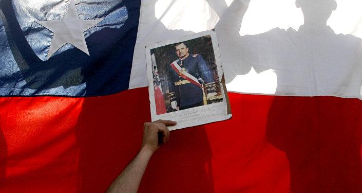 Una foto de Pinochet con bandera chilena del fondo
