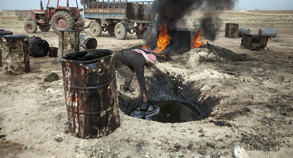 Hombre trabaja en una refinería de petróleo improvisada en Raqqa