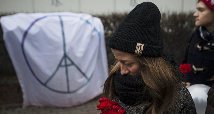 Homenaje a las víctimas de los atentados de París frente a la embajada de Francia en Moscú