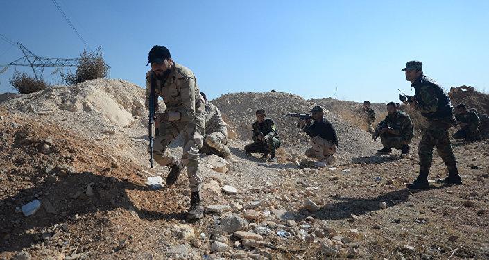 Milicias progubernamentales en el campo de entrenamiento en suburbio de Damasco, Siria