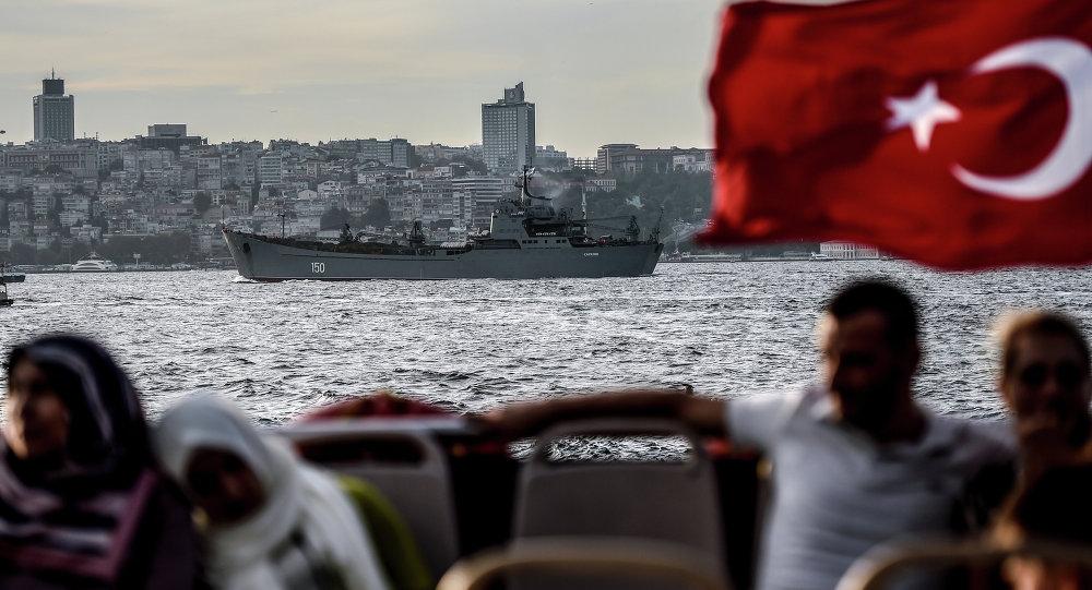 Gran buque de desembarco ruso Saratov se dirige hacia el Mediterráneo oriental a través del Estrecho del Bósforo