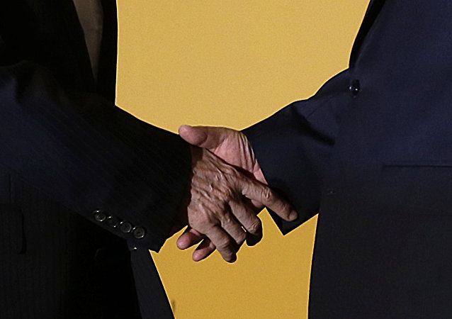 Presidente de China, Xi Jinping y presidende de Taiwán, Ma Ying-jeou, se dan un apretón de manos