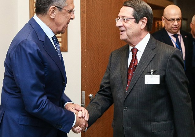 Serguéi Lavrov, ministro ruso de Exteriores, con Nikos Anastasiadis, presidente de Chipre (archivo)