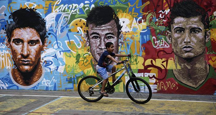 Retratos de Messi, Neymar y Ronaldo en un muro en Brasil
