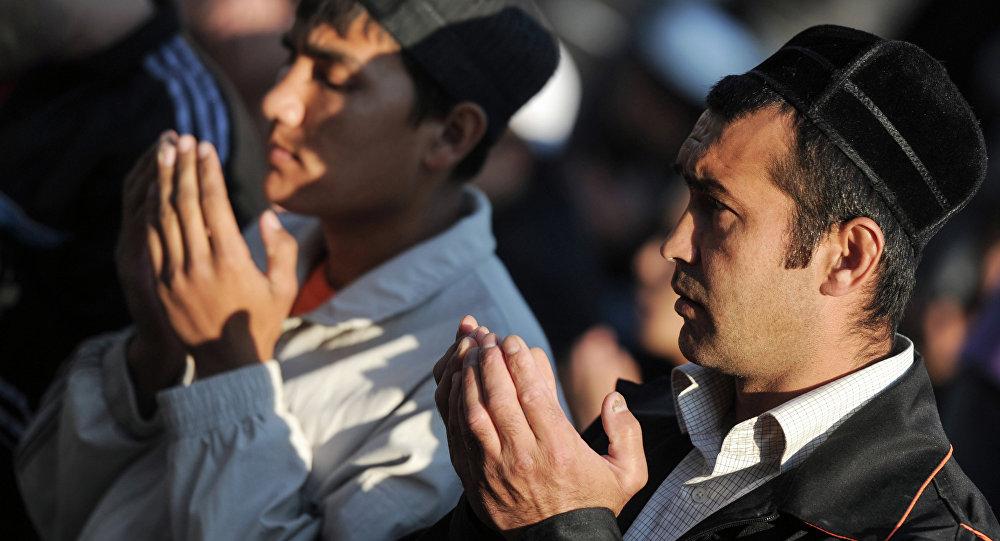 Musulmanes rezan durante la celebración de Eid al-Fitr en Moscú (Archivo)