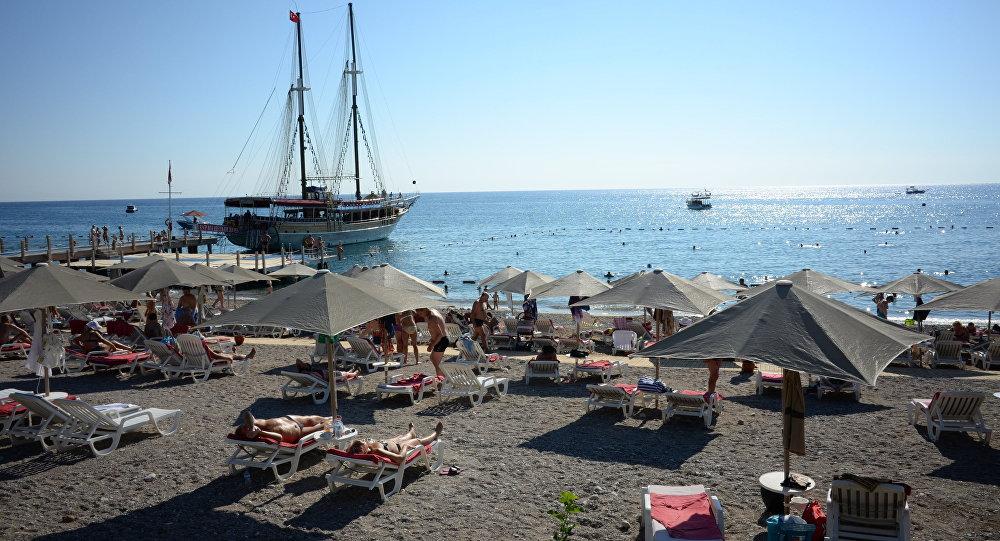 Turistas rusos en la playa de Antalya, Turquía