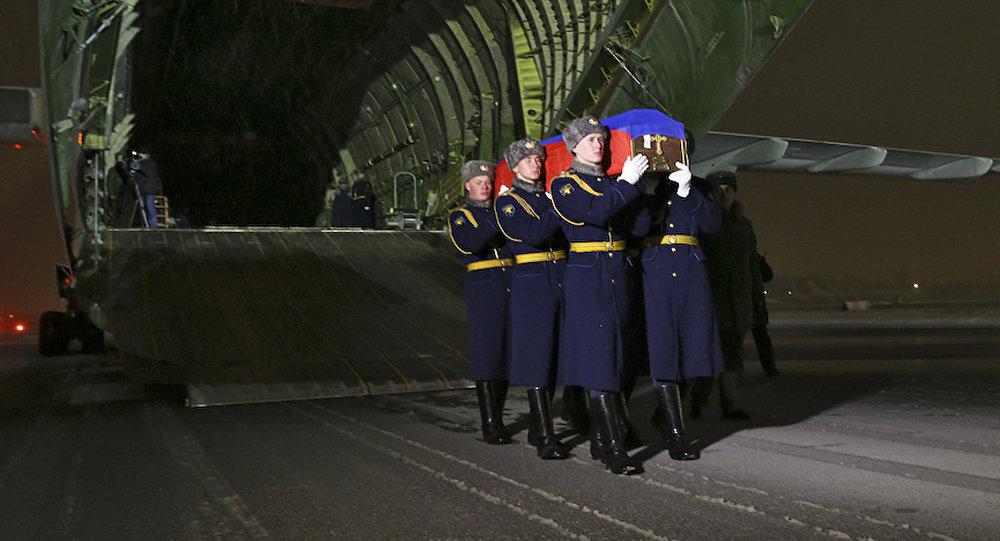 El avión con el cuerpo del piloto Oleg Peshkov aterrizó en el aeródromo Chkálovski