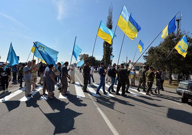 Activistas ucranianos cerca la frontera con Crimea