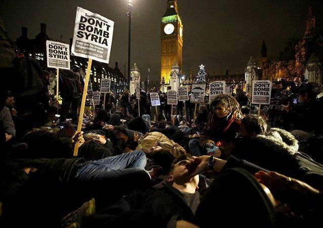 Se forma una masiva protesta de 'Parad la Guerra' frente al parlamento británico