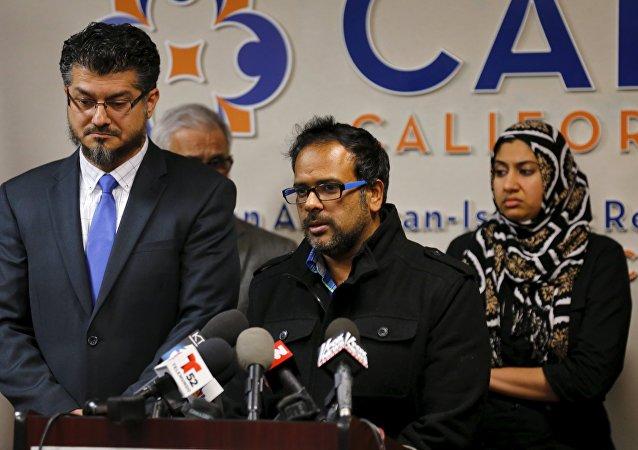Cuñado del sospechiso Syed Farook, Farhan Khan (centro), y director ejecutivo del CAIR, Hussam Ayloush (izda.), durante una conferencia de prensa en Anaheim (California)