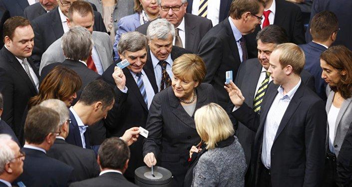 Angela Merkel y parlamentarios alemanes votan en Bundestag sobre operación en Siria