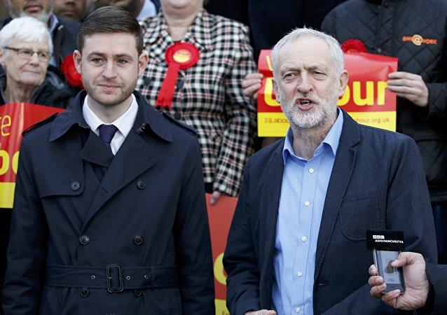 Diputado del Parlamento británico, Jim McMahon y líder del Partido laborista, Jeremy Corbyn