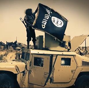 Terrorista con la bandera del Estado Islámico