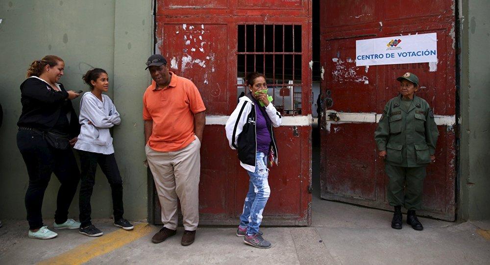 Prorrogan una hora cierre de mesas de votación en Venezuela