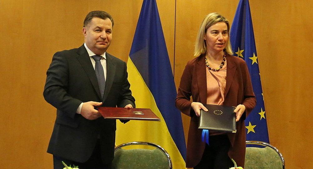 Ministro de defensa de Ucrania, Stepán Poltorak, y la jefa de la diplomacia europea, Federica Mogherini