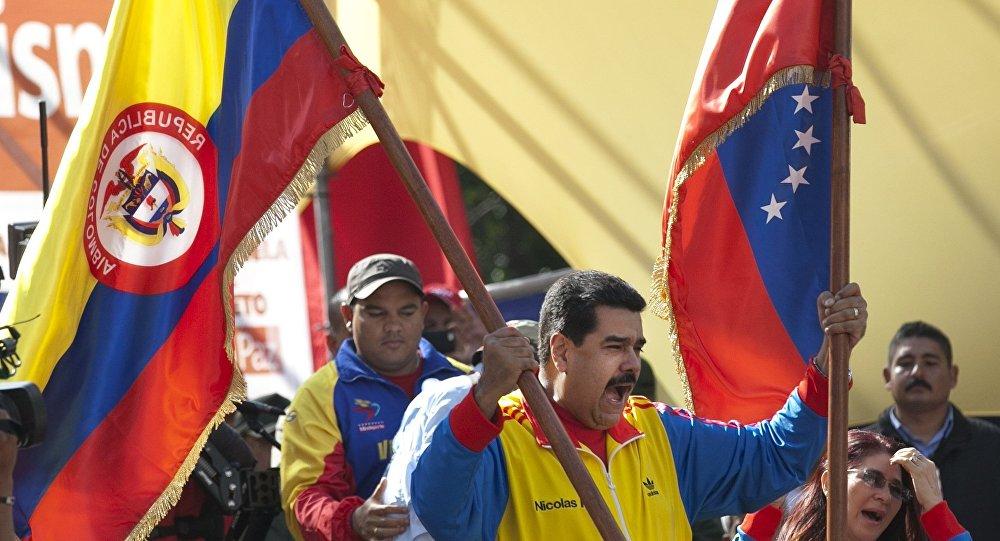 Nicolás Maduro, presidente de Venezuela, empuña las banderas de Colombia y Venezuela