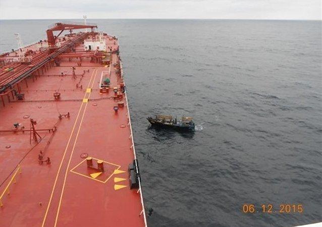 El petrolero Alyarmouk salva a 9 pescadores coreanos en el Pacífico