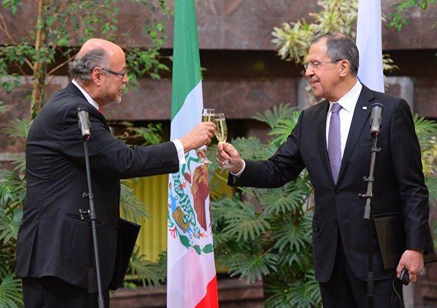 Embajador de México en Rusia, Rubén Beltrán y  ministro de Exteriores de Rusia, Serguéi Lavrov (archivo)