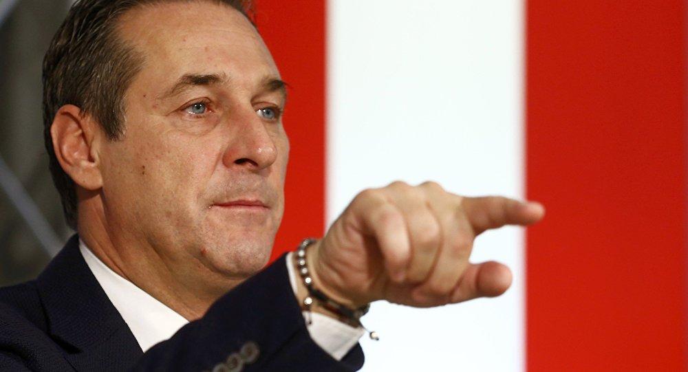 Heinz-Christian Strache, presidente del Partido de la Libertad de Austria (FPO, derecha)