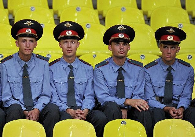 Policías rusos asisten al partido de fútbol