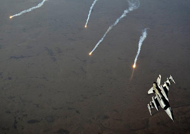 Caza F-16 estadounidense durante la operación contra el Daesh en Irak