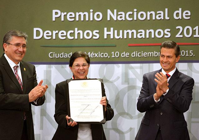 Luis Raúl González Pérez, presidente de CNDH, Consuelo Gloria Morales Elizondo, y Enrique Peña, presidente de México